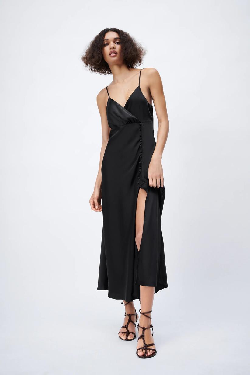 vestido de fiesta de tipo lencero en color negro de Zara 2021 ideal para las invitadas más naturales