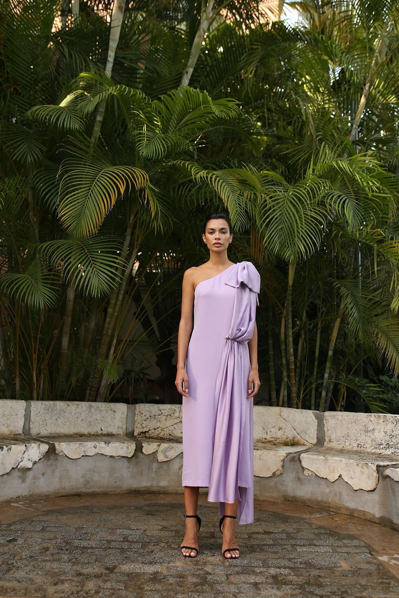 vestido de fiesta panambi 2021 en color malva con escote asimétrico y lazo en el hombro para acudir a una celebración veraniega