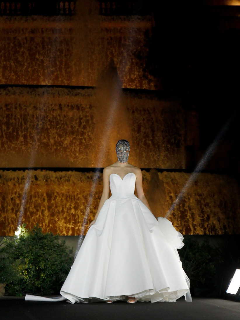 Vestido de novia con falda princesa de Justin Alexander 2022 ideal para el día de la boda