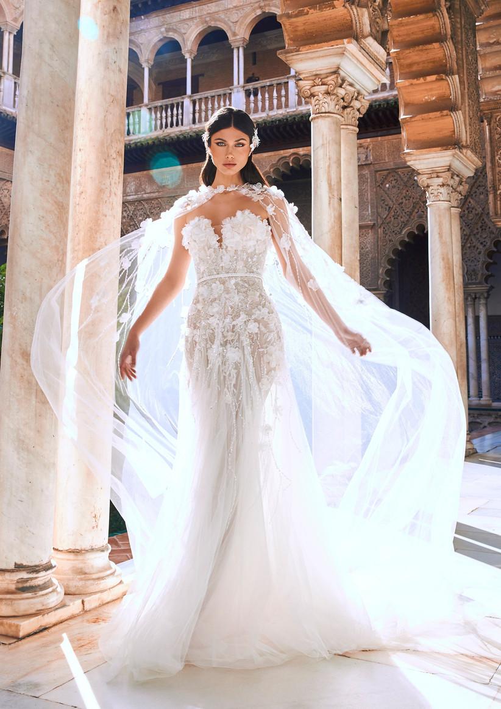 vestido de novia princesa de la colección Oasis Pronovias Privée 2022 inundado de flores 3D y con capa incorporada para una novia muy romántica