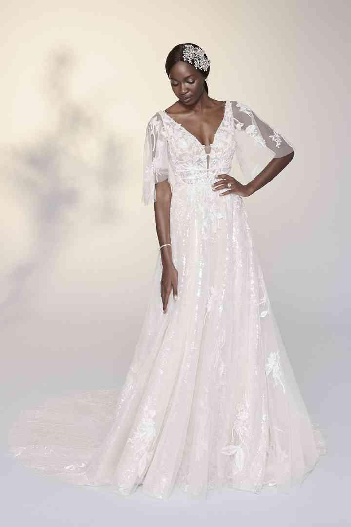 vestido de novia etéreo con mangas transparentes extraíbles de la colección 2022 de Justin Alexander Signature, ideal para la boda