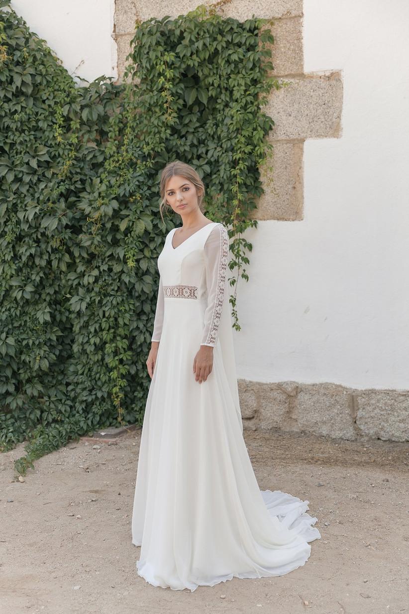 Vestido de novia de corte en A y escote en V de la colección 2021 de María Baraza, perfecto para el día de la boda