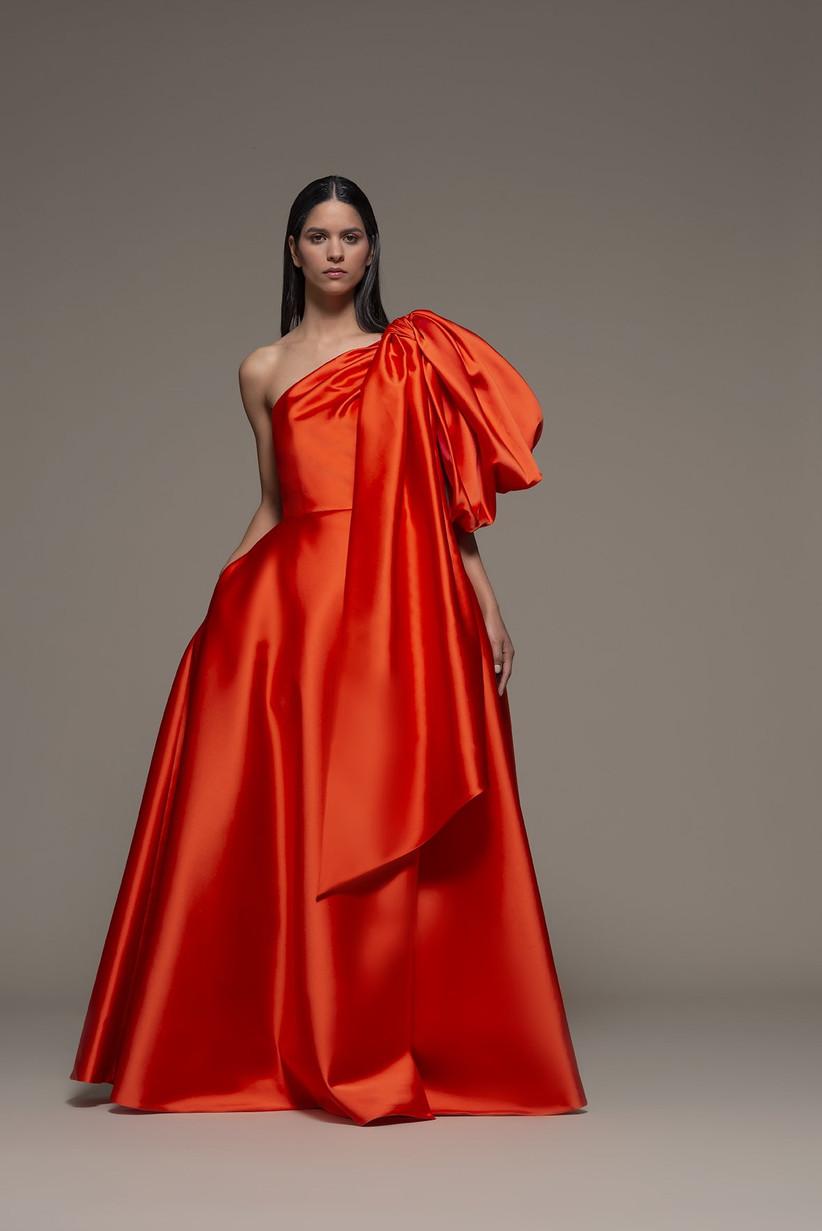 vestido de fiesta Olimpia Sanchis 2021 en color naranja con una falda princesa y un largo extra size para mujeres atrevidas