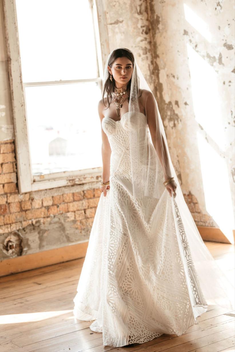 Vestido de novia con escote corazón y bellos bordados y encajes de la colección Golden Rhapsody de Rue de Seine 2021