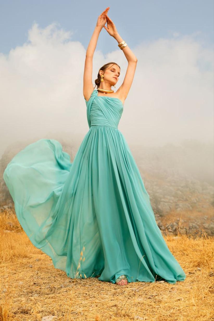 vestido de fiesta largo en color aguamarina de Elie Saab 2021 con una tela liviana y vaporosa y un escote asimétrico ideal para ir de invitada a una boda