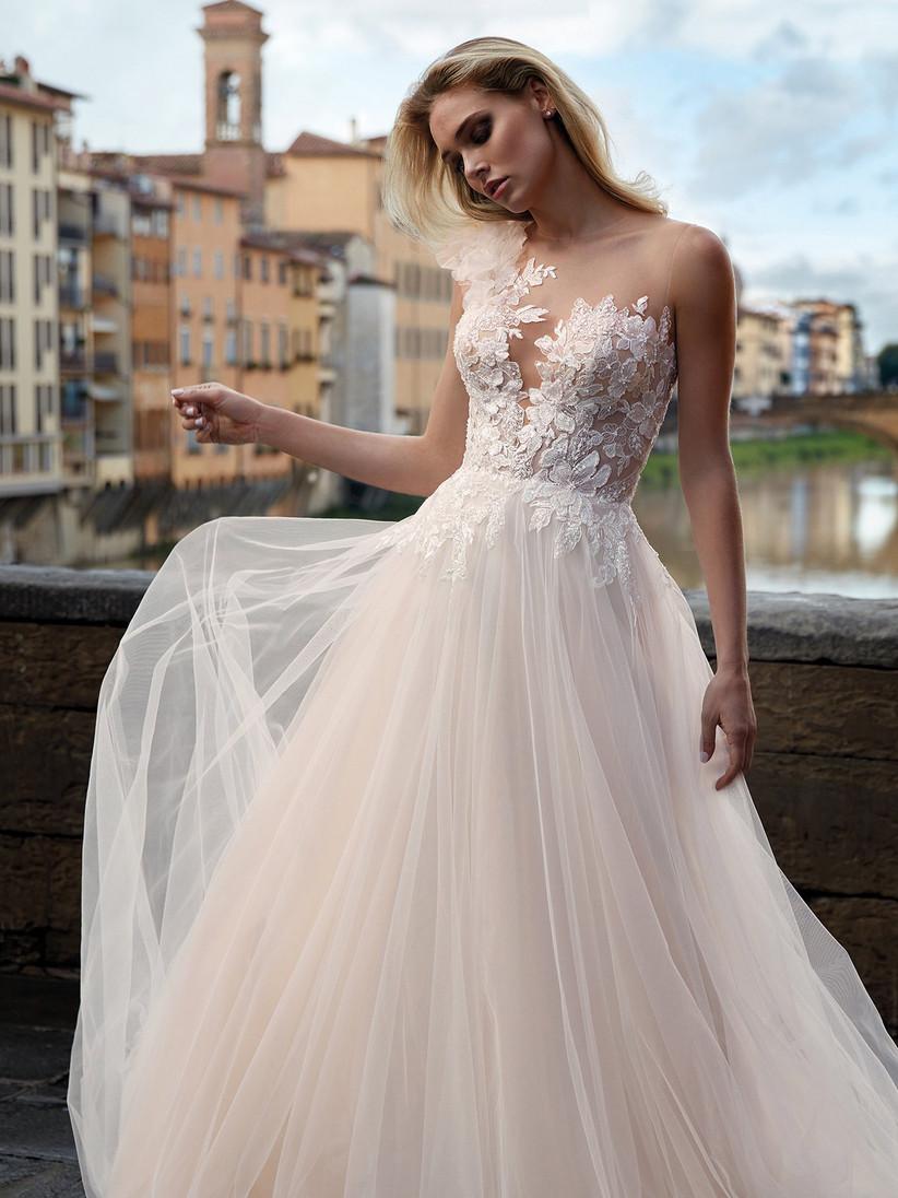 vestido de novia Nicole con flores y tul