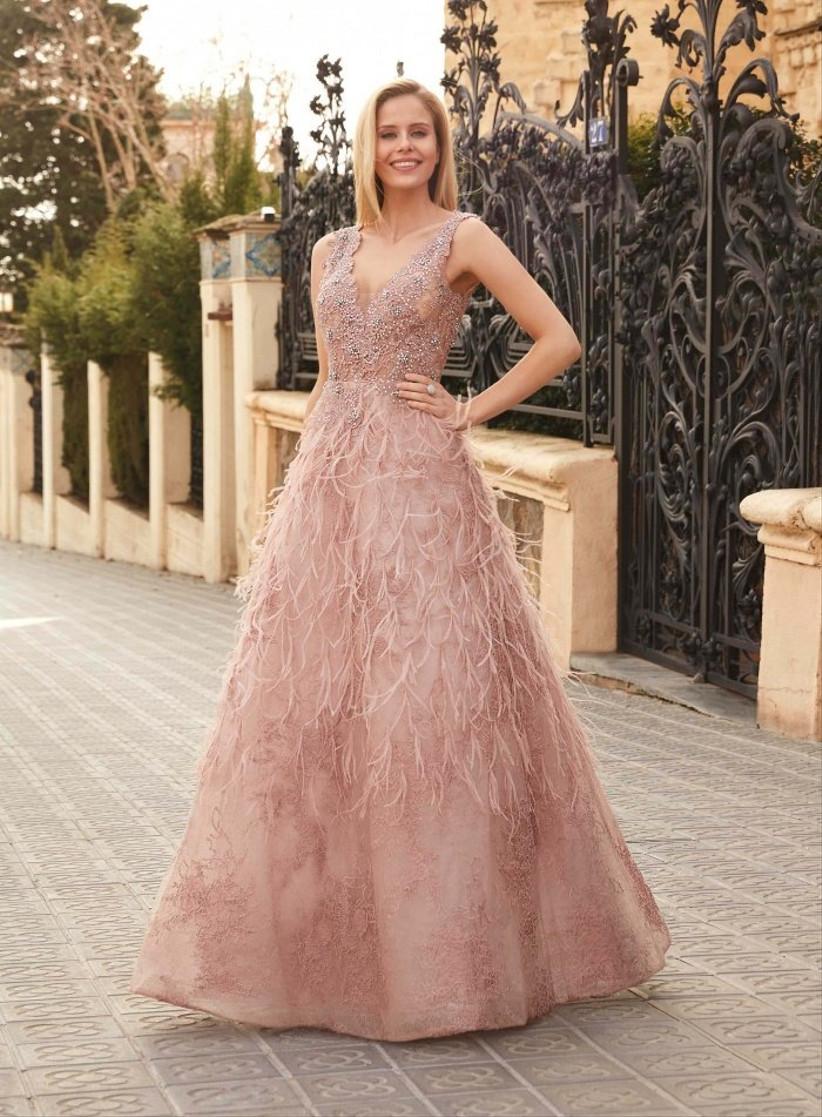 Vestido de fiesta en tonos rosas con plumas de Susanna Rivieri