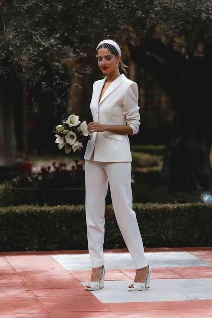 Vestido de novia sencillo, en realidad un traje chaqueta con pantalón, de Apparentia