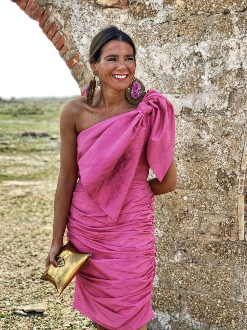 vestido de fiesta rosa de Moosy 2021 con falda de tubo drapeada y escote asimétrico para una boda al aire libre y en pleno verano