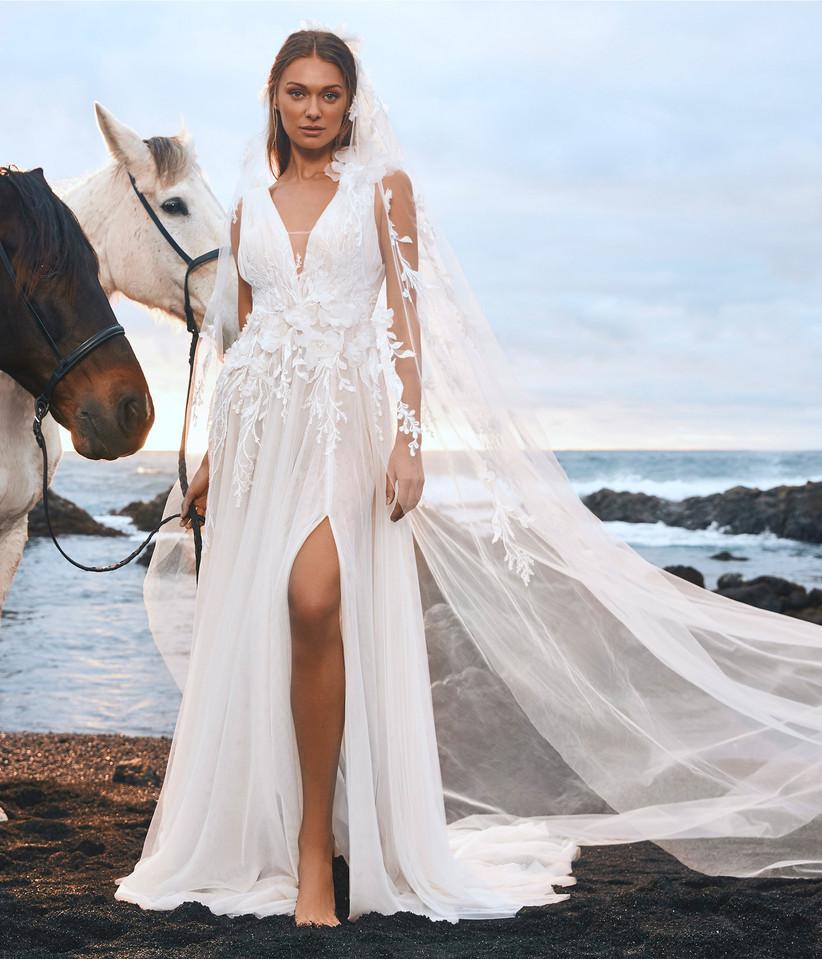 vestido de novia de la colección Edén Pronovias 2022 con detalles de flores y falda con abertura profunda para novias modernas