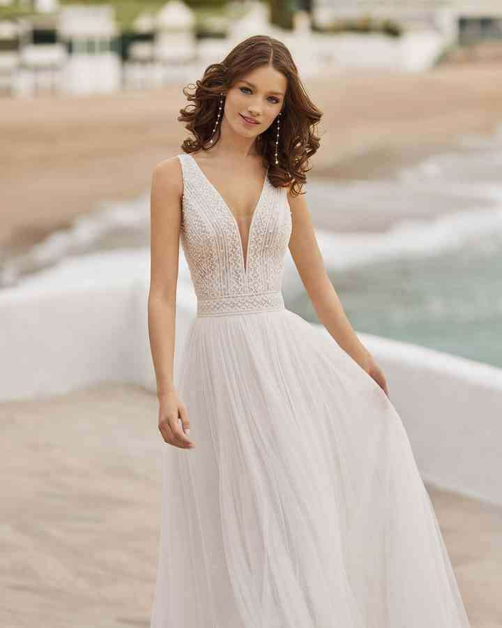 vestido de novia con corpiño de encaje geométrico y falda plisada de la colección 2022 de Aire Barcelona, ideal para la boda