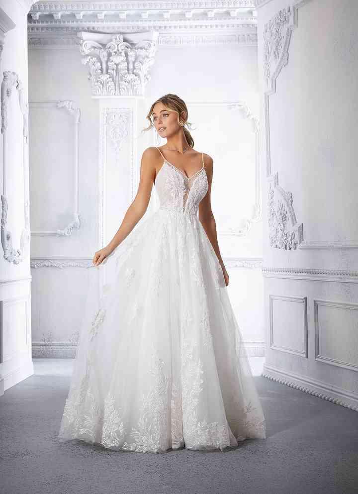 vestido de novia con silueta de línea en A y escote abierto de la colección 2022 de Morilee, ideal para la boda