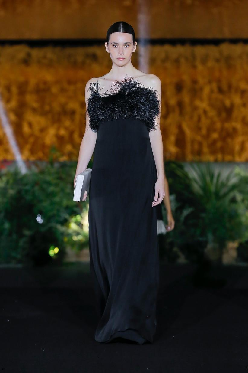 Vestido de fiesta negro de tubo con escote con plumas, de Sophie et Voilà, ideal para la boda
