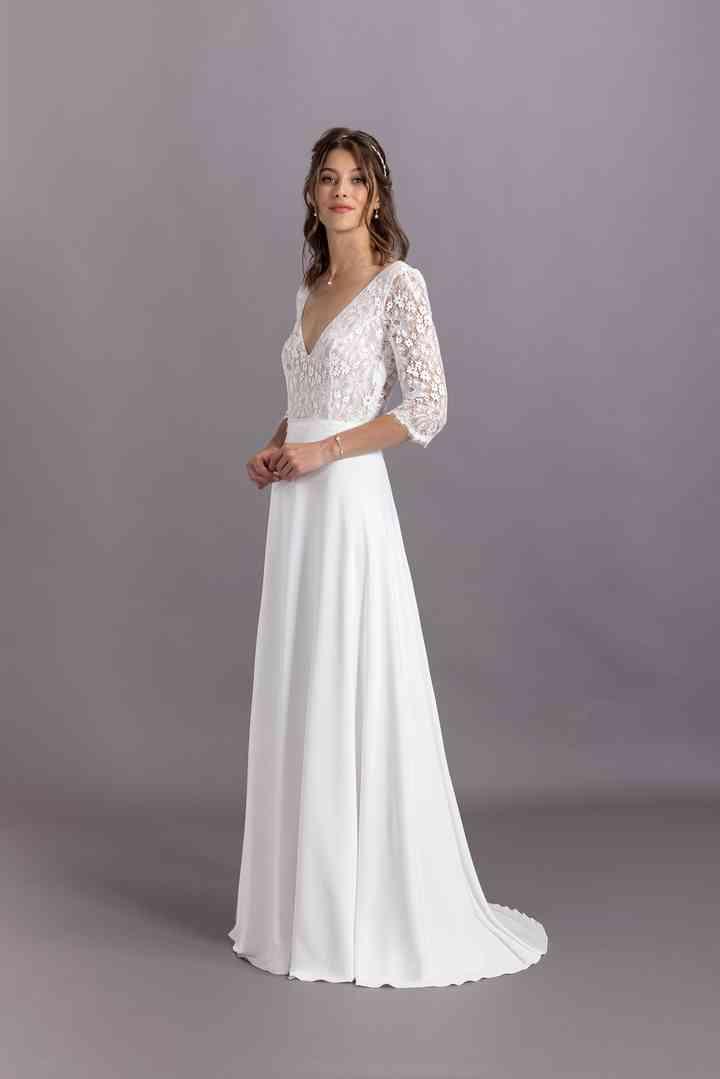 vestido de novia sencillo con mangas francesas con encaje de la colección 2022 de Eglantine Créations, ideal para la boda