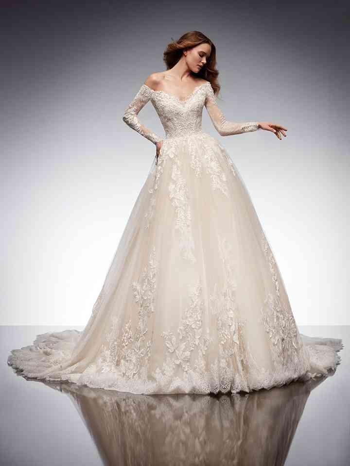 vestido de novia de tipo princesa con mangas largas de encaje de la colección 2022 de Nicole Couture, ideal para novias más tradicionales