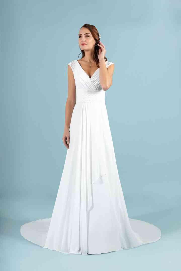 vestido de novia sencillo de línea evasé de la colección 2022 de Eglantine Créations, perfecto para la boda