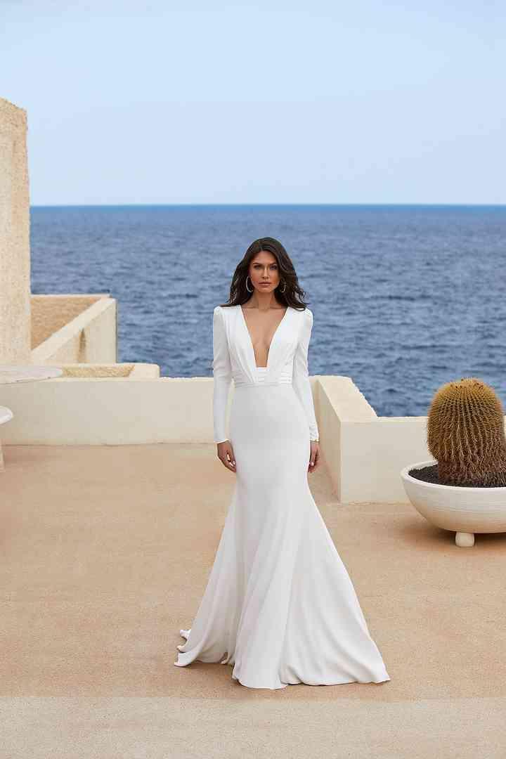 Vestido de novia sencillo con sensual escote deep-plunge Pronovias