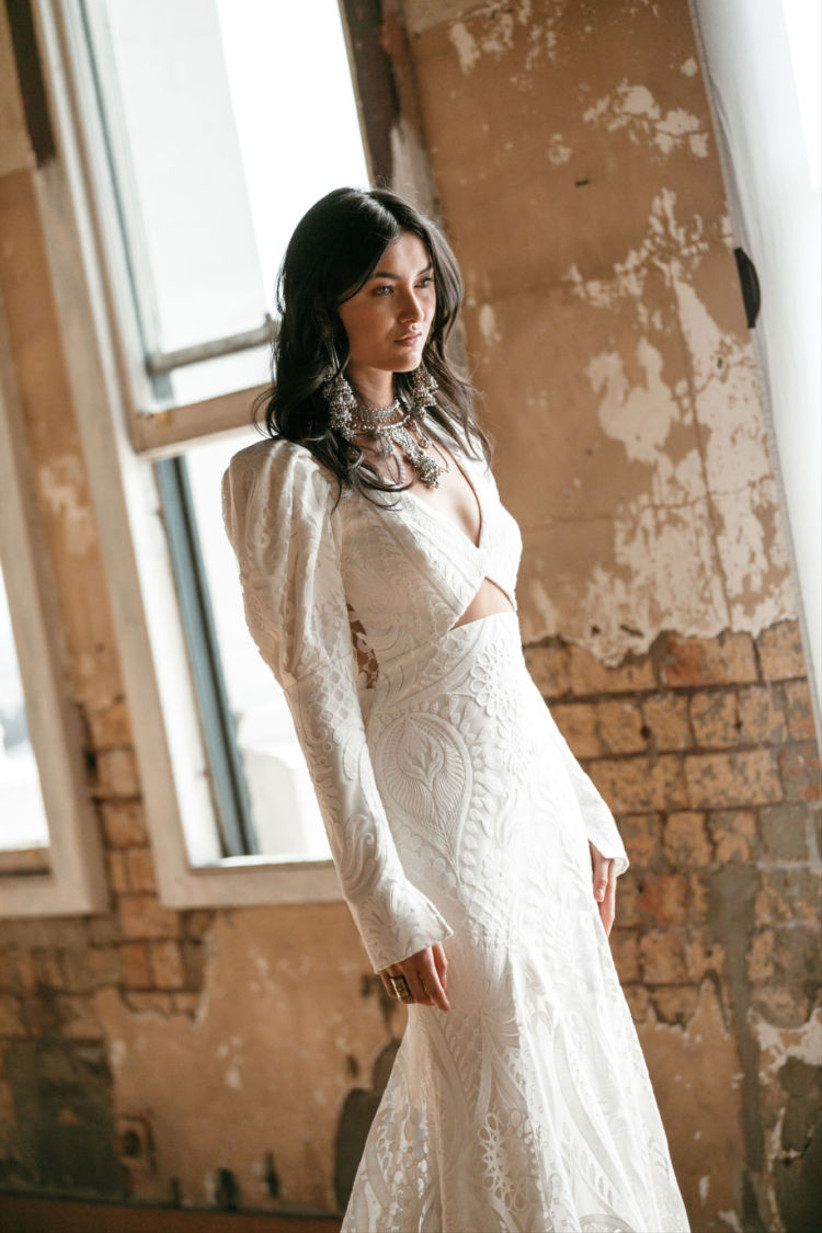 Vestido de novia bordado y de manga larga de la colección Golden Rhapsody de Rue de Seine 2021