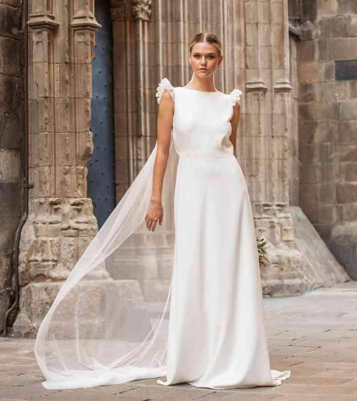 Vestido de novia sencillo con detalle en hombros Cristina Tamborero