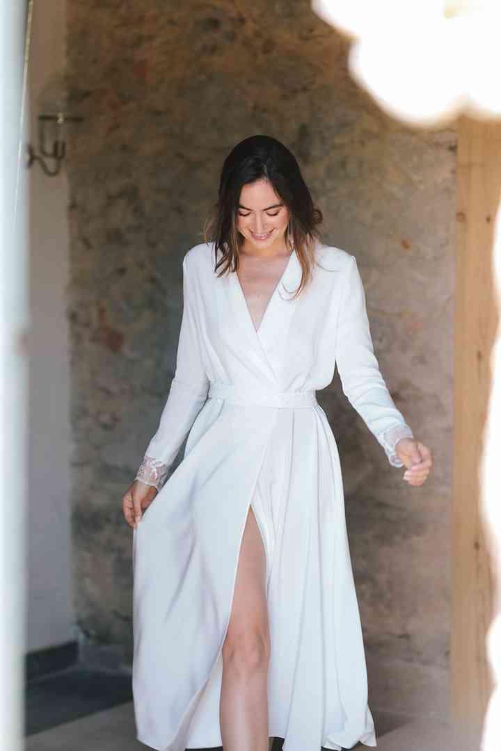 Vestido de novia sencillo cruzado con manga larga y detalle en puños Beba's Closet