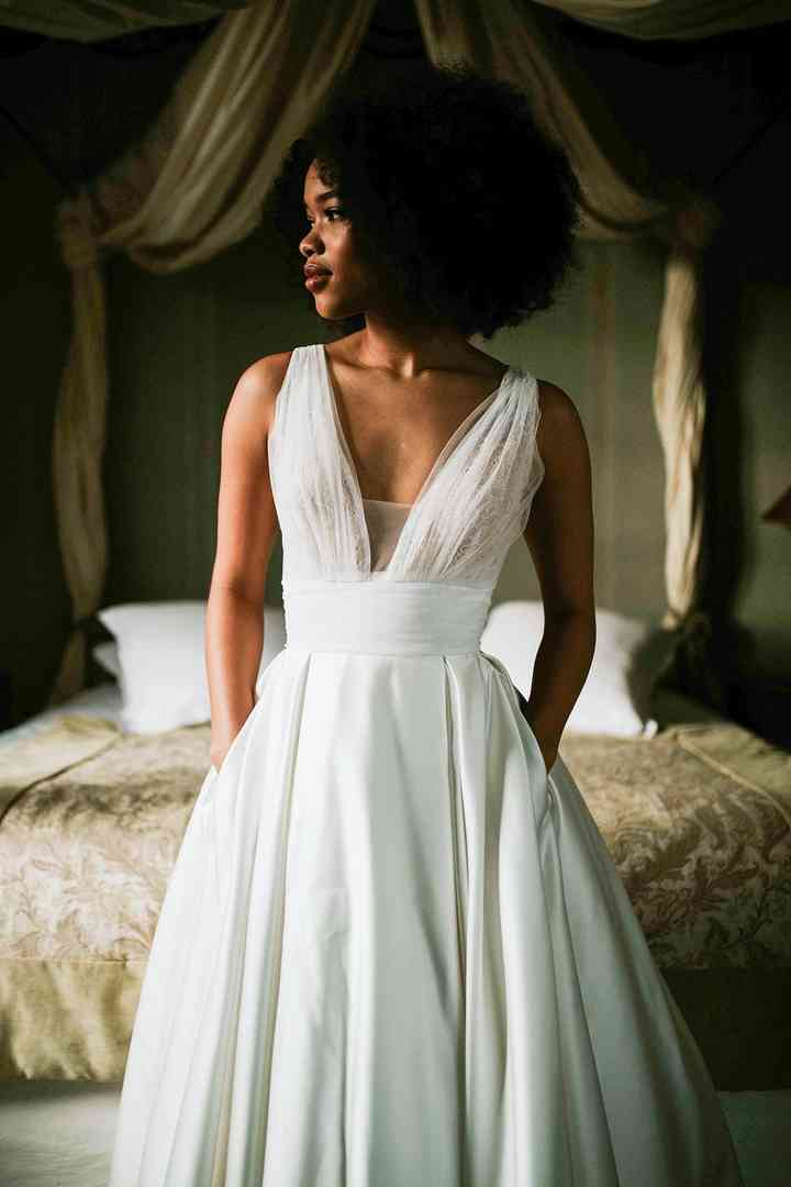 Vestido de novia sencillo con escote en V Pour Un Oui by Cymbeline
