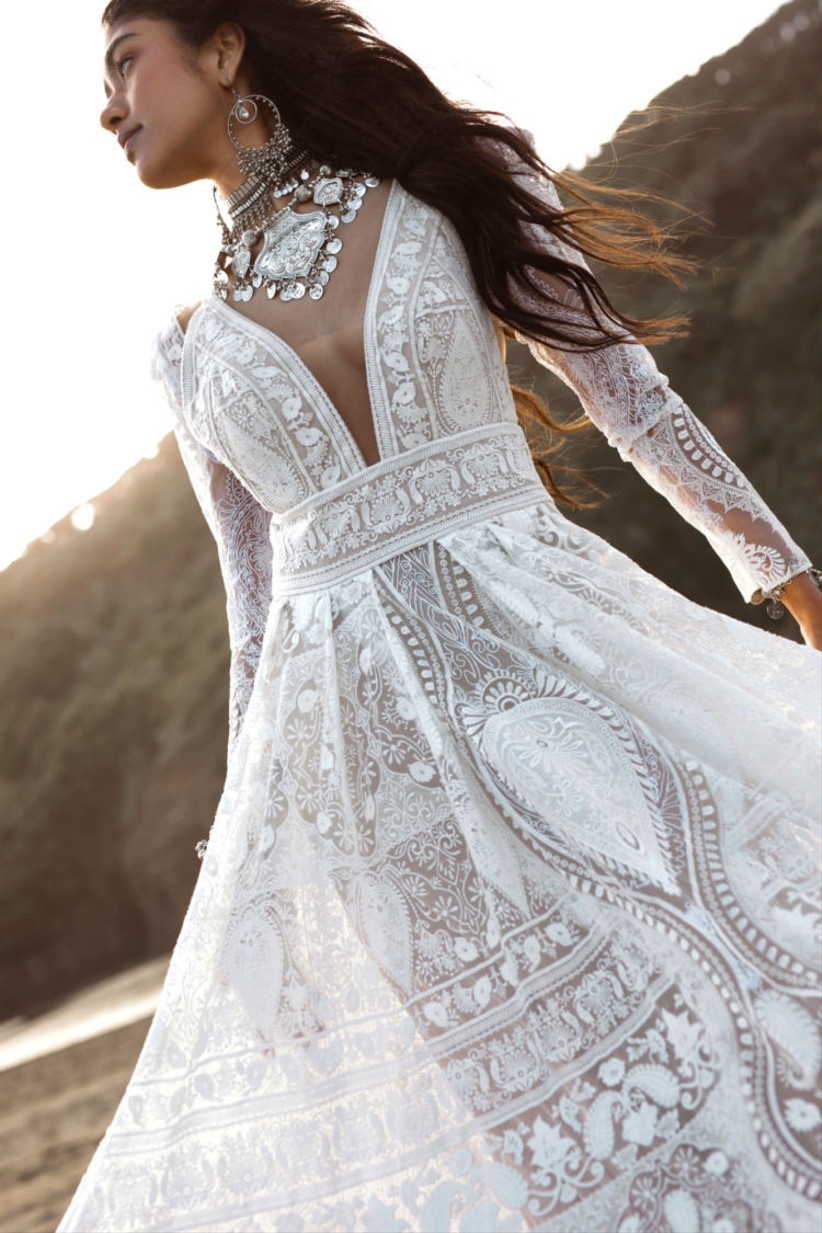 Vestido de  novia con profundo escote en V, manga larga y encajes geométricos de la colección Golden Rhapsody de Rue de Seine 2021