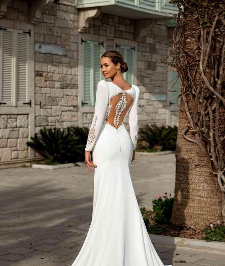 vestido de novia fit & flare con mangas largas y con una espalda sensual con transparencias de la colección 2022 de Monica Loretti