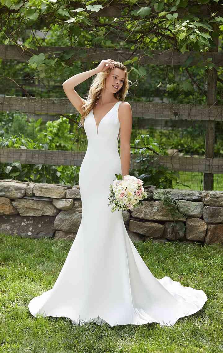 vestido de novia liso y ceñido al cuerpo de la colección 2022 de Morilee, ideal para la boda