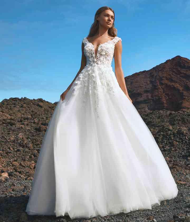 vestido de novia celestial y romántico con falda al vuelo y escote redondo de la colección 2022 de Pronovias, ideal para la boda