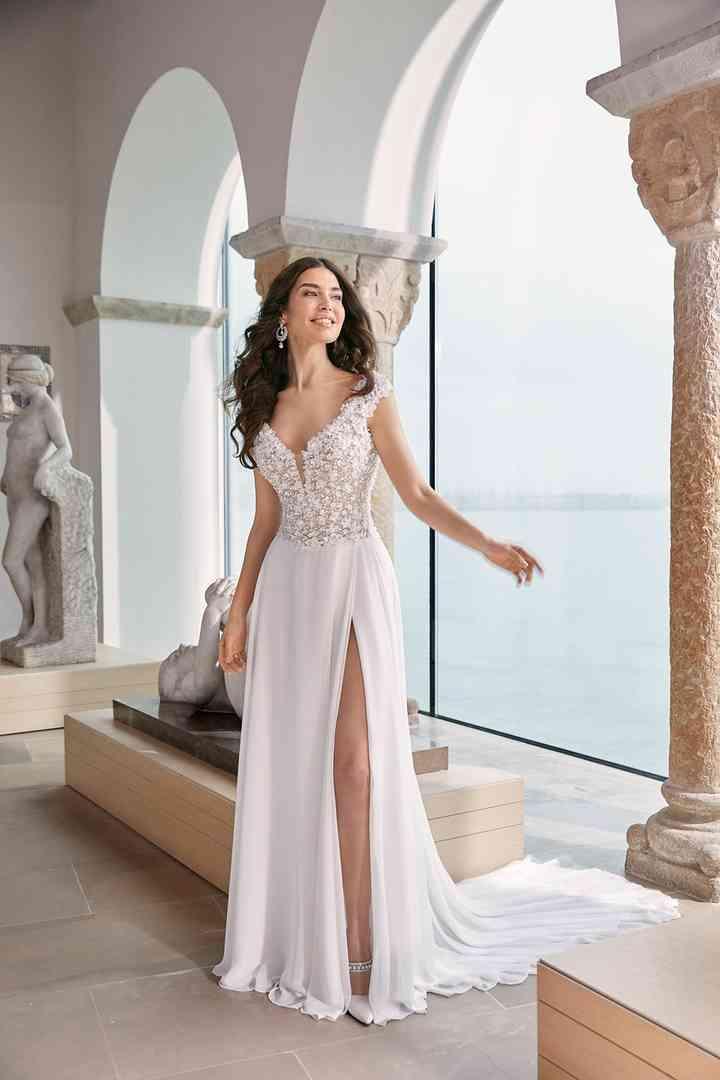 sensual vestido de novia con profunda abertura lateral en la falda de la colección 2022 de Ronald Joyce, ideal para novias sexys
