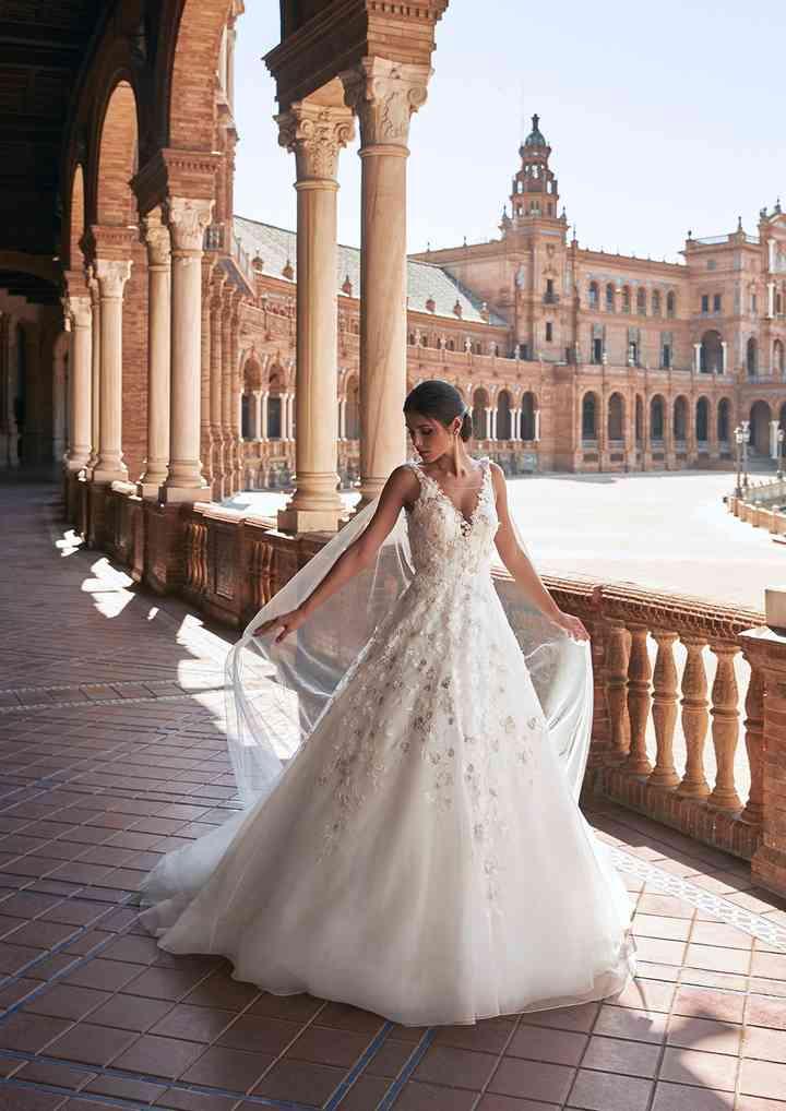 vestido de novia de estilo princesa con capa de tul incorporada de la colección 2022 de Pronovias, ideal para la boda