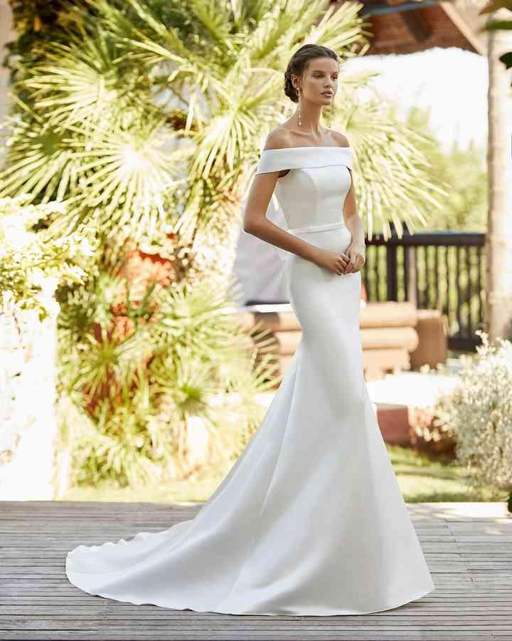Vestido de novia sencillo cone scote hombros caídos Adriana Alier