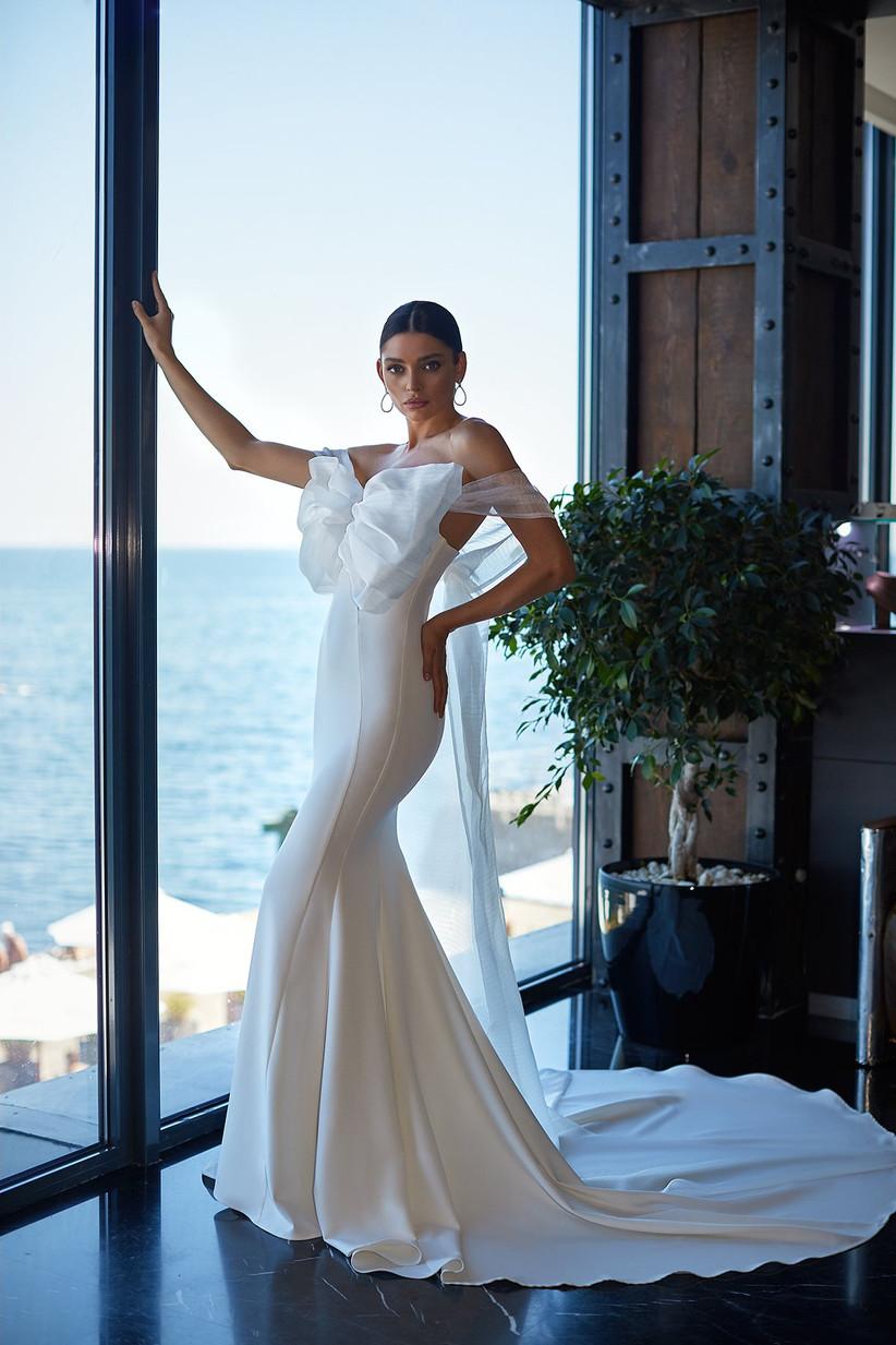 Vestido de novia con gran lazo de organza en el escote de la colección Brave Glance de Ida Torez 2021