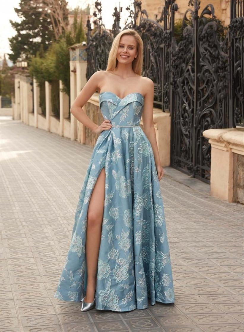 vestido de fiesta largo de Susana Rivieri 2021 con hombros al descubierto y abertura profunda en la falda para las invitadas más sexys