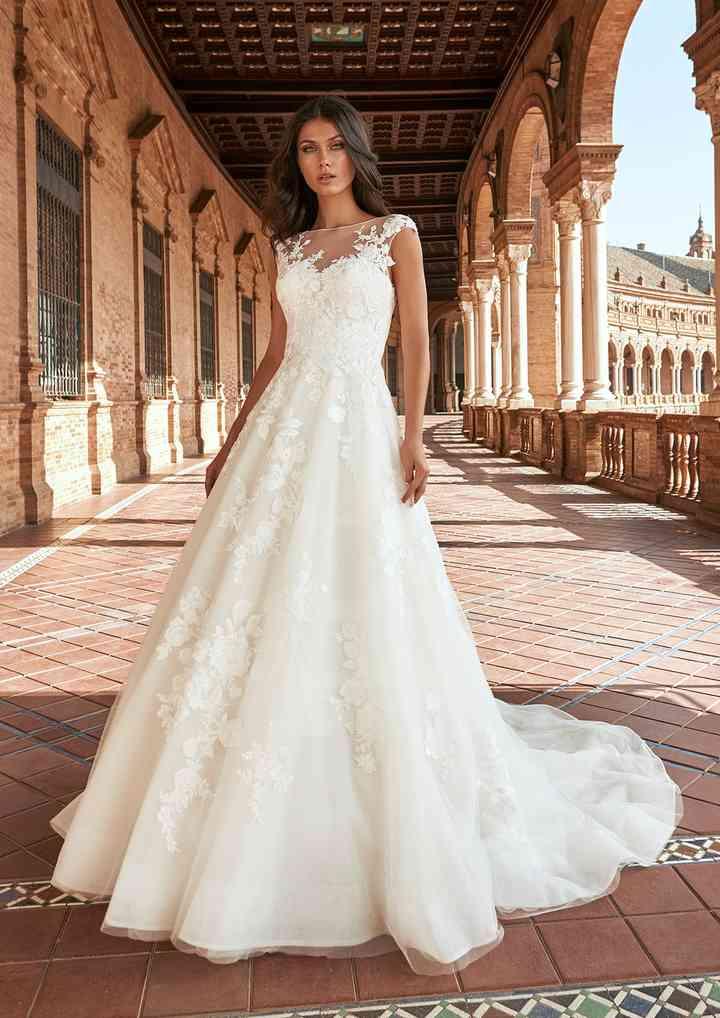 vestido de novia princesa inundado de románticas flores y escote ilusión de la colección 2022 de Pronovias, ideal para la boda