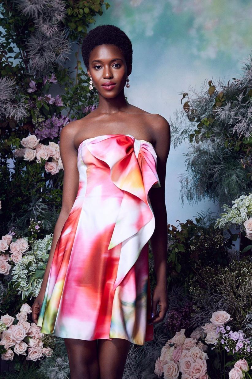 vestido de fiesta corto de Marchesa 2021 con estampado multicolor abstracto y un maxi lazo en el escote