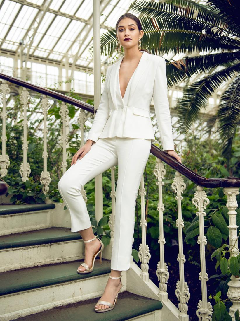 traje chaqueta pantalón de novia de color blanco con escote en V de la firma Catherine Deane