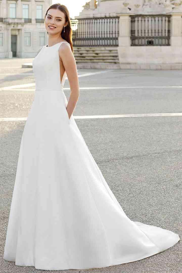 Vestido de novia sencillo con sisas muy pronunciadas Adore by Justin Alexander