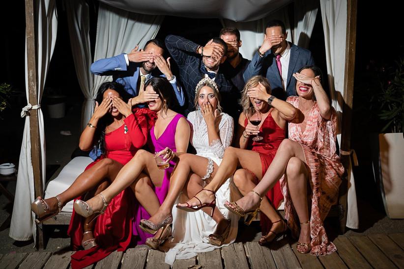 Grupo de amigos divirtiéndose durante la fiesta de una boda en la playa