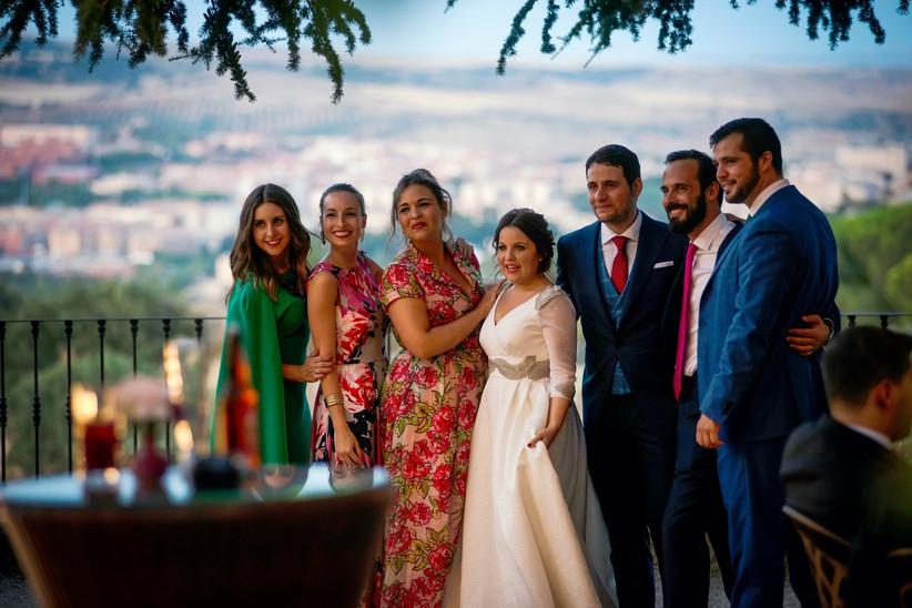 Pareja de recién casados rodeados de algunos de sus familiares y amigos el día de la boda