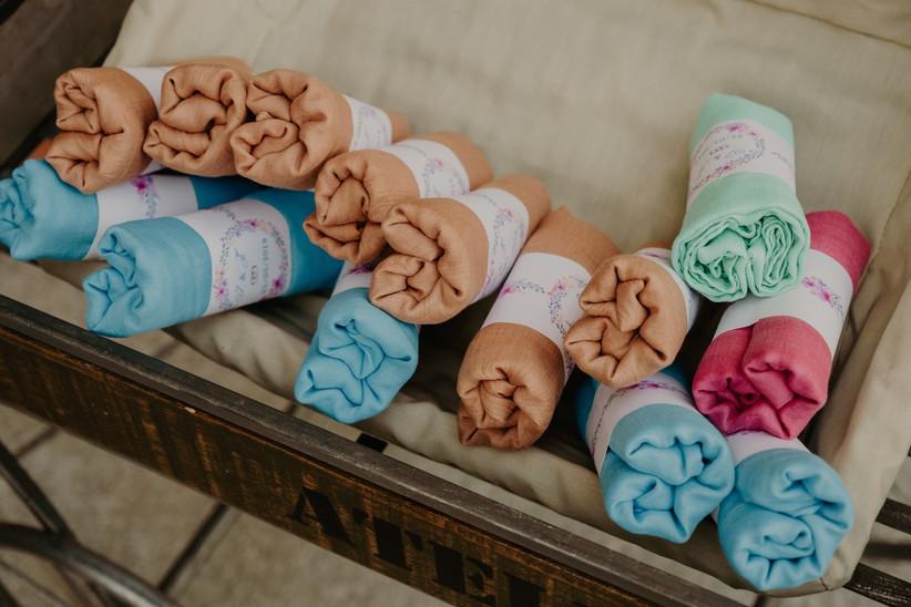 Pahminas de colores como detalles de boda