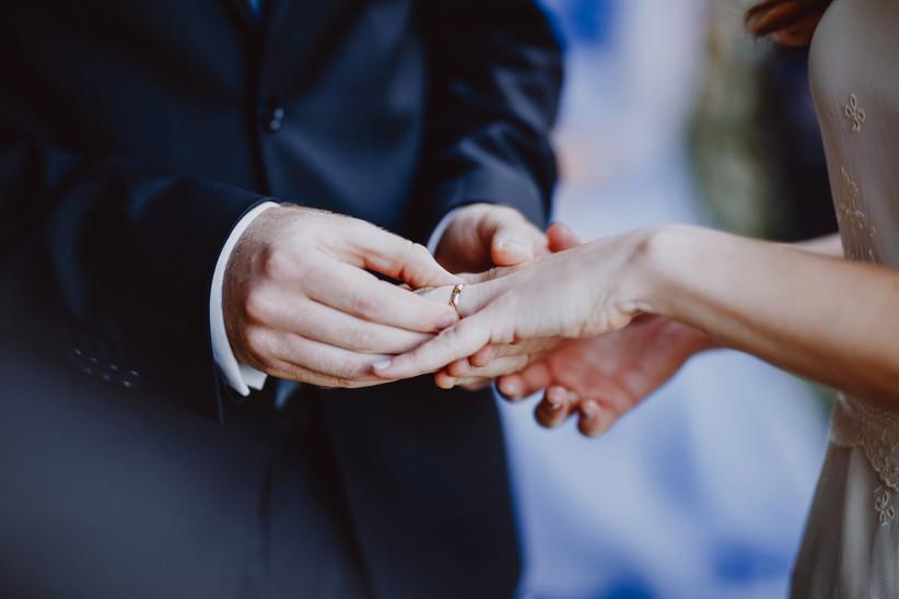 Intercambio de alianzas en el altar el día de la boda