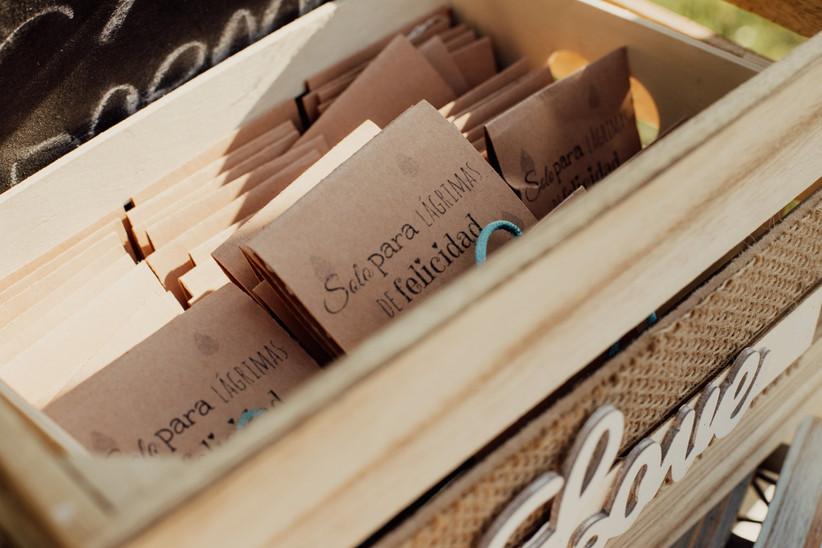 Paquetes con pañuelos para lágrimas de felicidad como regalo de boda