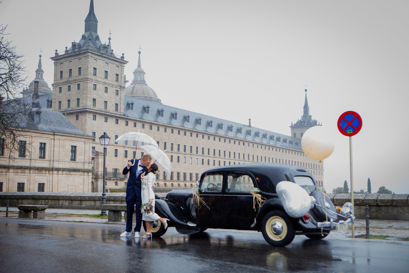 Pareja de recién casados bajo la lluvia el día de la boda