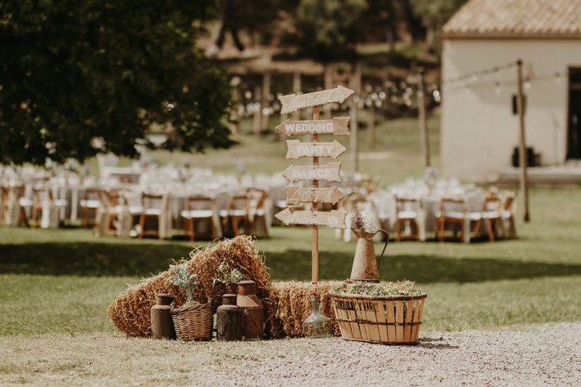 Precioso escenario al aire libre, a punto para la ceremonia civil el día de la boda