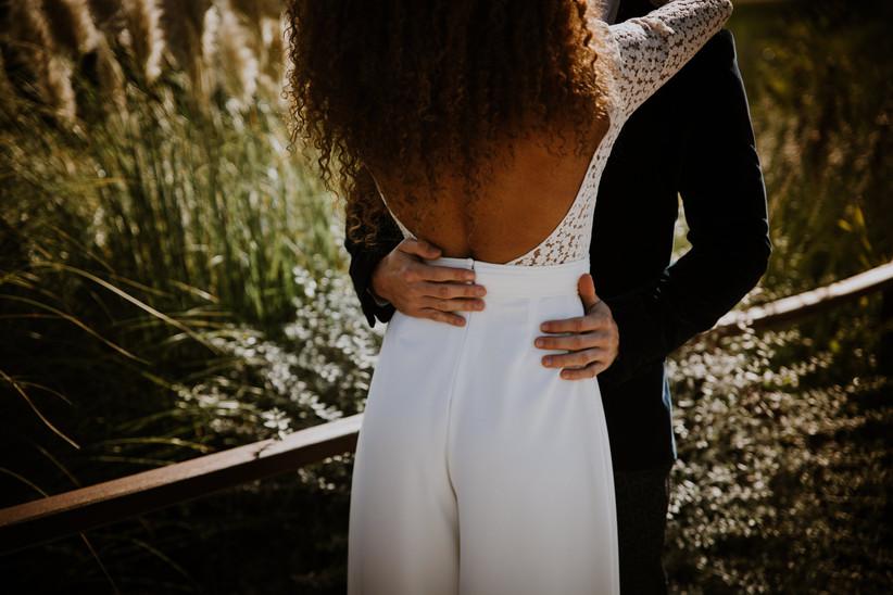 pareja en la sesión fotográfica de la boda en mitad del campo