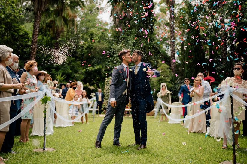 Pareja LGTBI+ besándose a la salida de la ceremonia civil el día de la boda