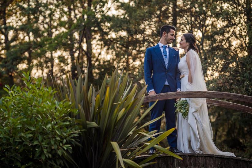 Pareja en un puente durante la sesión fotográfica el día de la boda