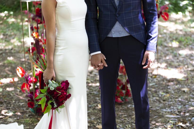 Pareja de recién casados durante la sesión fotográfica el día de la boda