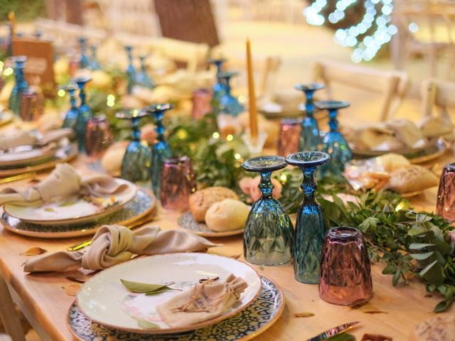 Copas de colores para el banquete de boda
